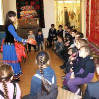 В Национальном музее РБ прошли занятия с игровыми элементами «Бабушкин сундучок» с учащимися школы №49 г. Уфы