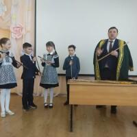 Сотрудник Национального музея Республики Башкортостан познакомил учеников с башкирским национальным музыкальным инструментом — курай.