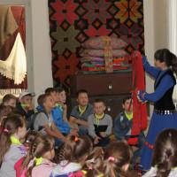 6 июня 2019 г. в Национальном музее Республики Башкортостан прошли занятия с игровыми элементами «Бабушкин сундучок» с учащимися школы №124 г. Уфы в рамках программы летнего отдыха.